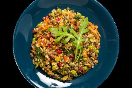 Салат из чечевицы с рукколой и семечками
