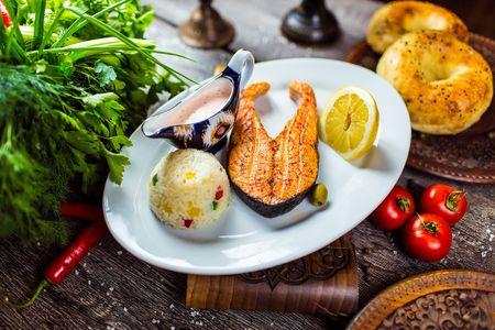 Стейк из семги со сливочно-икорным соусом