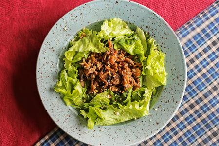 Салат с тёплой курицей и грибами