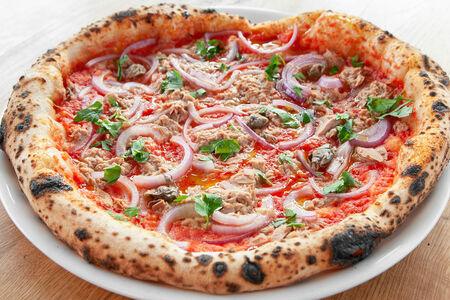 Пицца с тунцом, каперсами и красным луком
