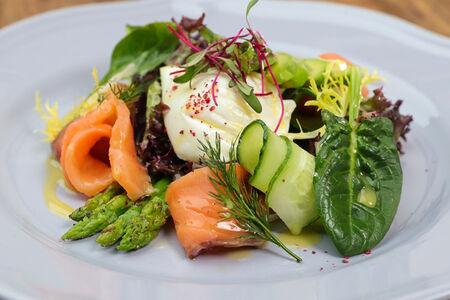 Салат с ломтиками слабосоленого лосося