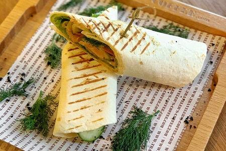 Ролл с лососем и овощами