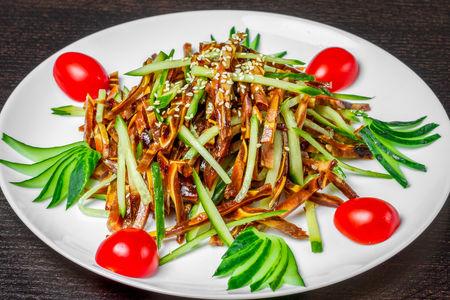 Салат Свиные ушки с овощами