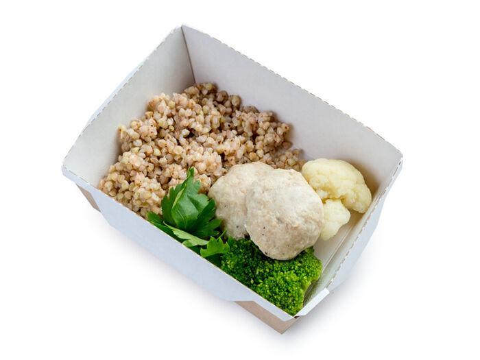 Льняная зеленая гречка с овощами и куриными паровыми фрикадельками