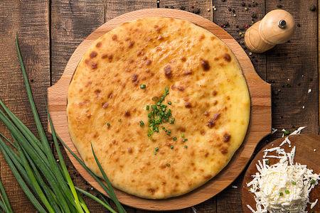 Осетинский пирог с зеленым луком и сыром
