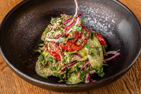 Салат из овощей с орехами