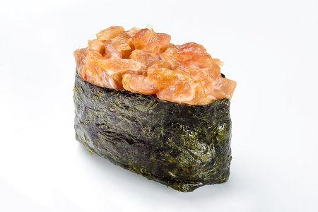 Гункан с лососем копченым спайси