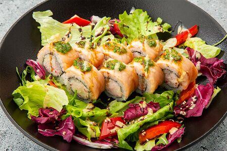 Ролл лосось гриль с соусом карпаччо и салатным миксом