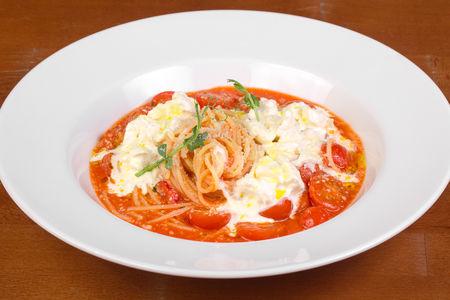 Спагетти с сыром Буррата и помидорами черри