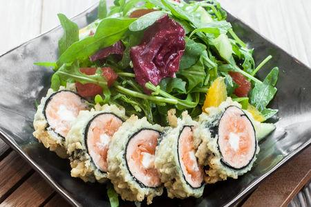 Салат с рукколой и тёплым роллом из лосося