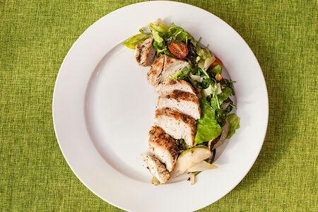 Салат из курицы с грушей
