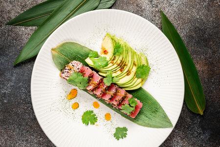Татаки из тунца с авокадо