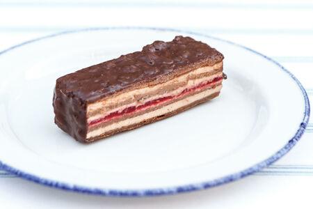 Хрустящий шоколадный брикет с малиновой прослойкой