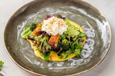 Салат с сыром страччателла, брокколи и печеной тыквой