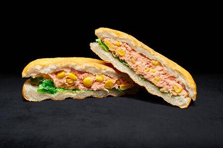Сэндвич с тунцом и кукурузой