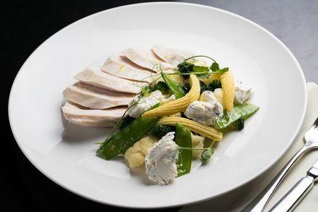 Куриная грудка на гриле с овощами вок и миндально-йогуртовым соусом