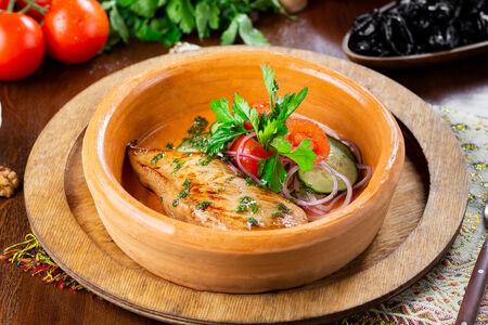 Куриная грудка с овощным салатом