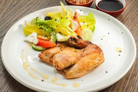 Цыпленок с зеленым салатом
