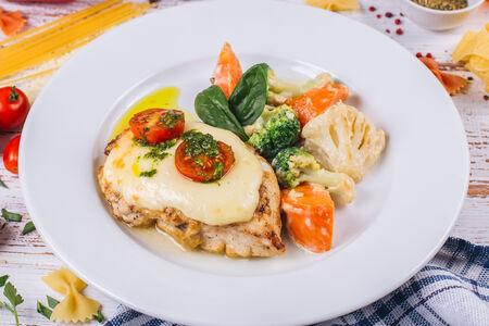 Куриная грудка под сыром со сливочными овощами
