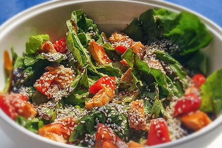 Салат с лососем и соусом терияки