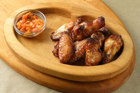 Острые куриные крылья с соусом блю чиз
