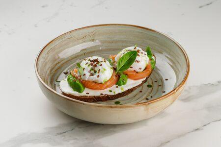 Яйцо пашот на ржаном тосте с гуакамоле и лососем