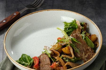 Салат с печенью кролика и вешенками