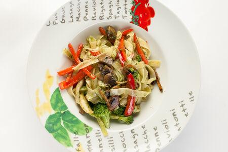 Паста с овощами и соусом песто
