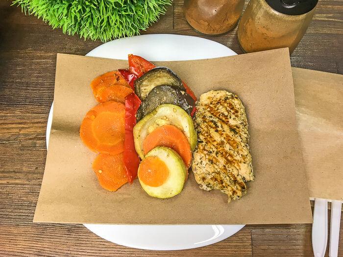 Обед Сочный стейк из индейки с запеченными овощами