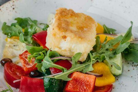 Римский салат с теплой брынзой