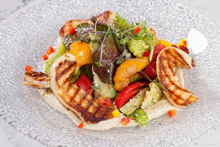 Теплый салат с сыром халуми и хумусом