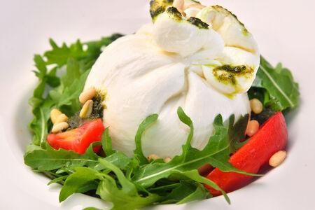 Салат Итальянский сыр буррата с печеными томатами