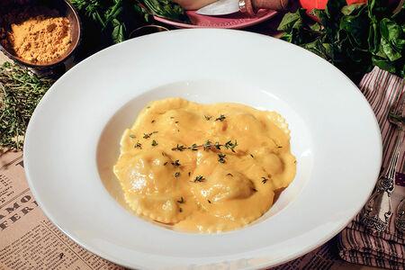 Равиоли с начинкой из куриного филе с тыквенным соусом
