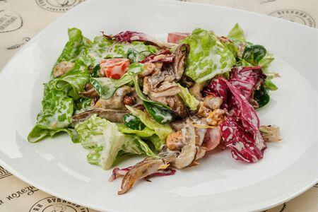 Салат теплый с куриной печенью, грибами и шпинатом