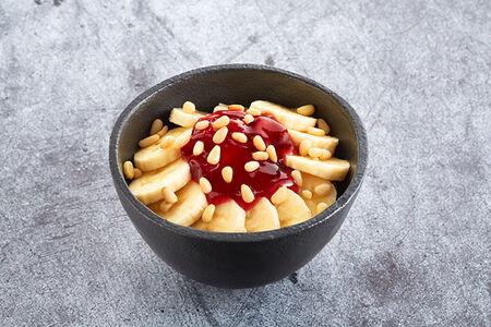 Десерт банановый cо сладкой начинкой и орешками