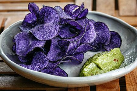 Чипсы из фиолетового картофеля
