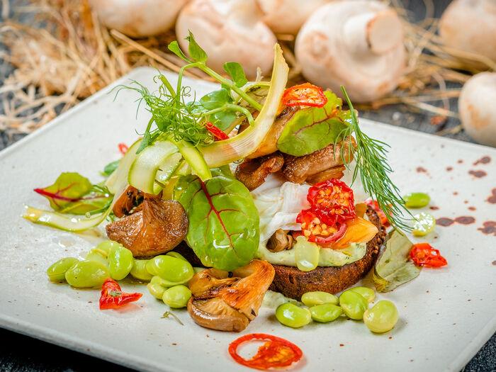 Брускетта с грибами и яйцом Пашот