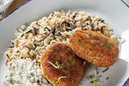 Рыбные котлеты из лосося, судака и трески с диким рисом и соусом тартар