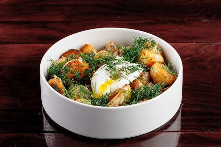 Жареный картофель с грибами и яйцом пашот