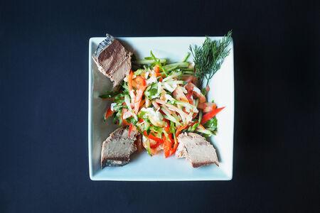 Салат из тунца с овощами и рукколой