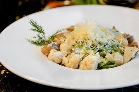 Тальятелле из шпината с грибами и цветной капустой