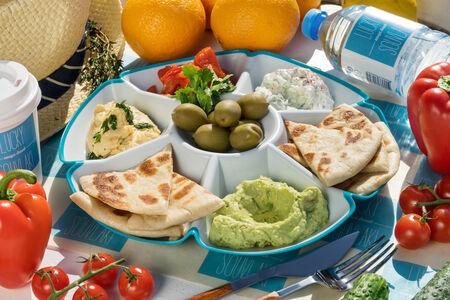 Большая тарелка греческих мезе