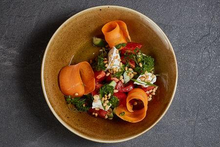 Салат из свежих овощей и с мягким сыром