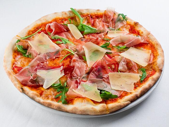 Пицца с пармой, рукколой и пармезаном