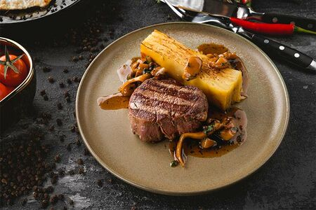 Говяжья вырезка с гратеном из картофеля и грибным соусом