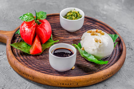 Моцарелла, томат, песто
