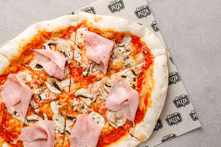 Пицца с ветчиной и грибами