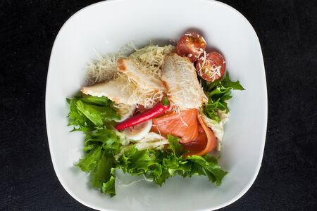 Салат цезарь с лососем слабой соли