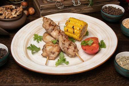 Куриный шашлык с кукрузой на гриле и печёным томатом
