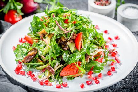 Теплый салат с ягнятиной и зеленью